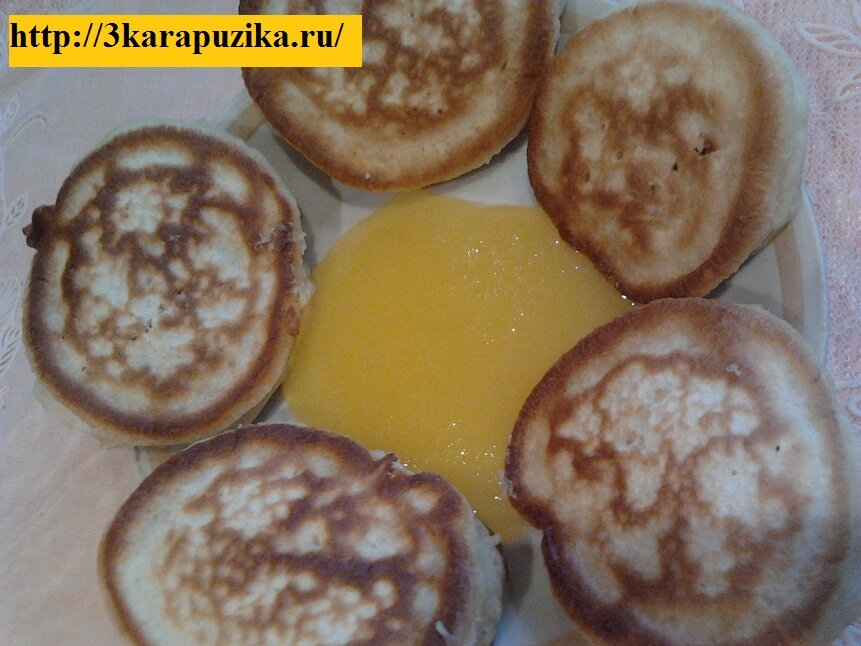Подавать оладушки можно с медом, сметанкой, а оладушки для малышей постарше можно полить сгущенкой, или малиновым вареньем, смешанным со сливками.